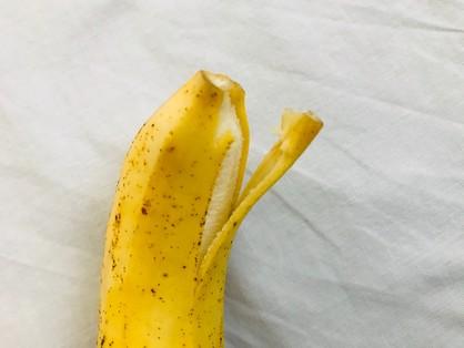 島バナナの頭を少しむく