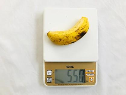 島バナナの重さを計る